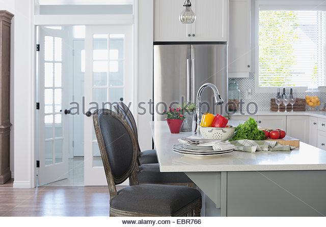 Frisches Gemüse auf Kücheninsel Stockbild