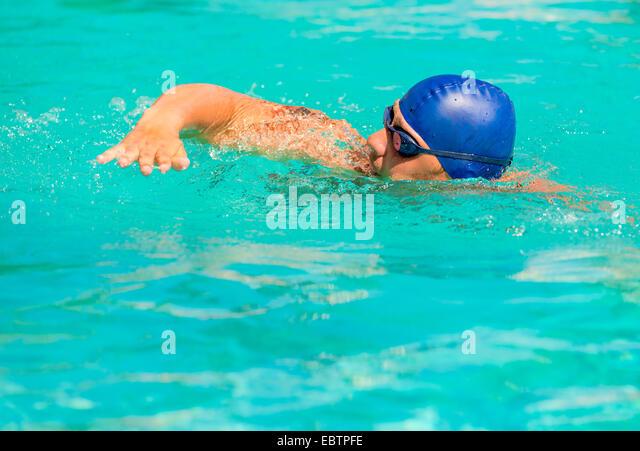 Wettbewerb in intensivem Schwimmen im Pool im freien Stockbild