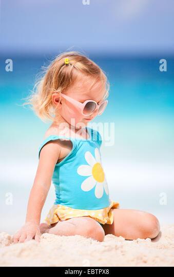 kleine blonde Mädchen am tropischen Strand Stockbild