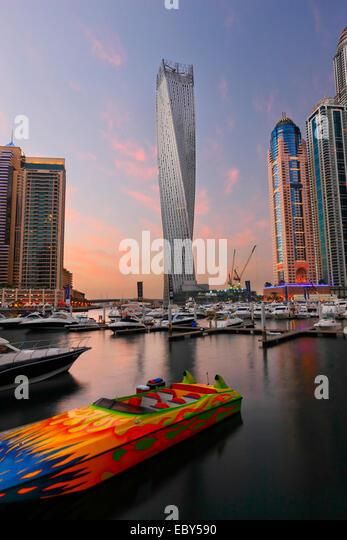 Skyline von Dubai Marina. Speed-Boot vorne und verdrehten Turm auf der Rückseite. Stockbild