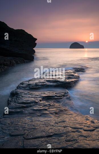 Sonnenuntergang über Gull Rock aus Trebarwith Strand, Cornwall, England. Herbst (September) 2014. Stockbild