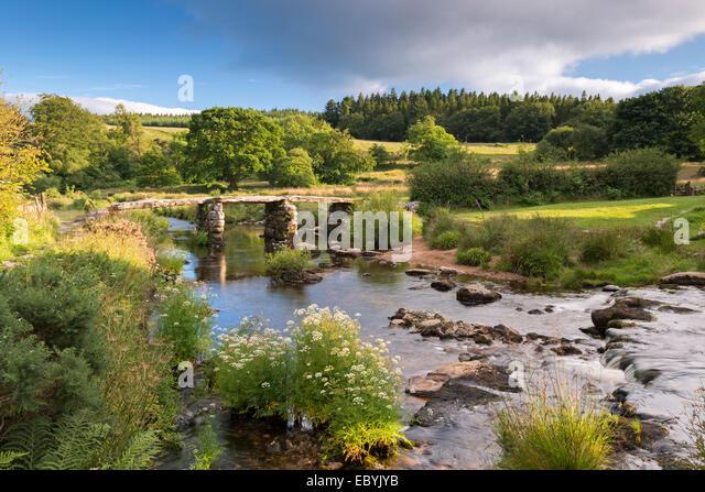Antike Klöppel Brücke bei Postbridge, Dartmoor Nationalpark, Devon, England. (Juli) im Sommer 2014. Stockbild