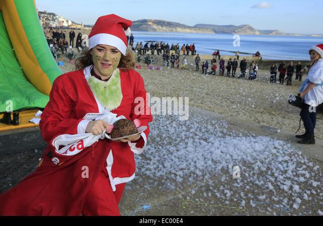 Lyme Regis, Dorset, Großbritannien, 6. Dezember 2014: Massen erweisen sich auf einem herrlich sonnigen Dezembertag Stockbild