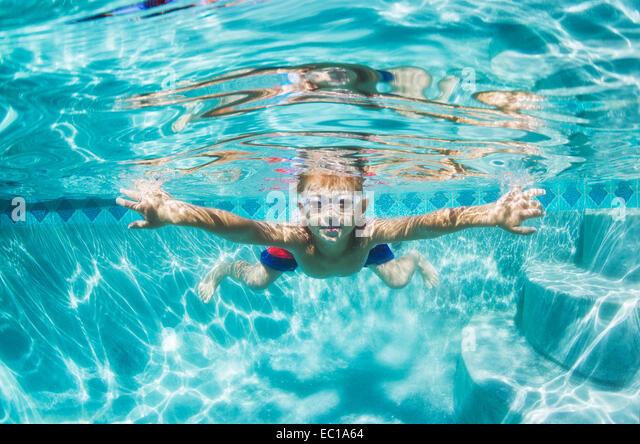 Unterwasser junge Spaß im Schwimmbad mit Brille. Sommer Urlaub Spaß. Stockbild