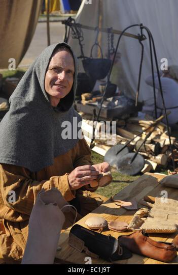 Mittelalterliche Schuhmacherei. Rekonstruktion (außerhalb von Rochester Castle, Kent) Leder-Vorbereitung (über Stockbild