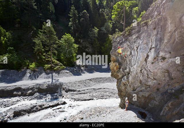 Sportkletterer Klettern eine Felswand, Ehnbachklamm Schlucht, Zirl, Tirol, Österreich Stockbild