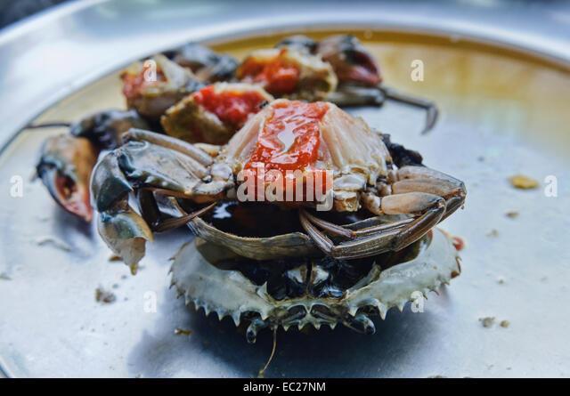 Frische Krabben auf einem nassen Markt in Bangkok, Thailand Stockbild