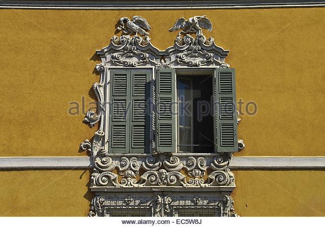 verzierten Fenstern, barocke Tier Fries Mantova, Italien Stockbild