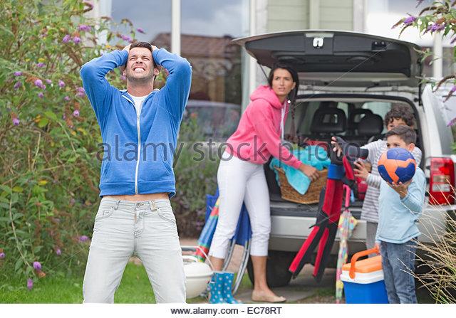 Frustriert Vater schreien als Haushaltspackungen Auto für Urlaub Stockbild
