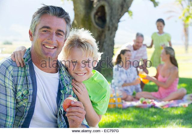 Vater und Sohn mit Multi-Generationen-Familie mit einem Picknick in der Natur Stockbild