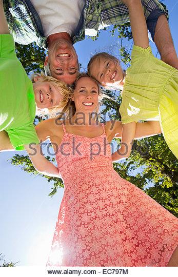 Porträt einer Familie in einer Gruppe huddle Stockbild