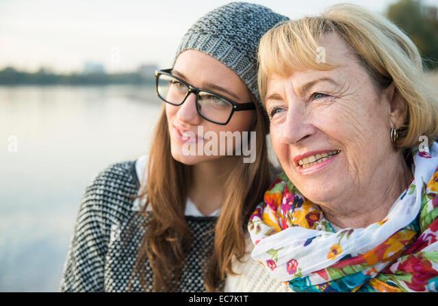 Porträt von senior Frau Kopf an Kopf mit ihrer Erwachsenen Enkelin Stockbild
