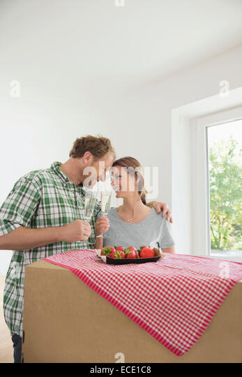 Mann Frau feiert der neue Wein des Hauses Stockbild
