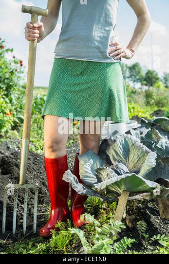 Frau Gemüse Garten Gabel Gummistiefel Stockbild