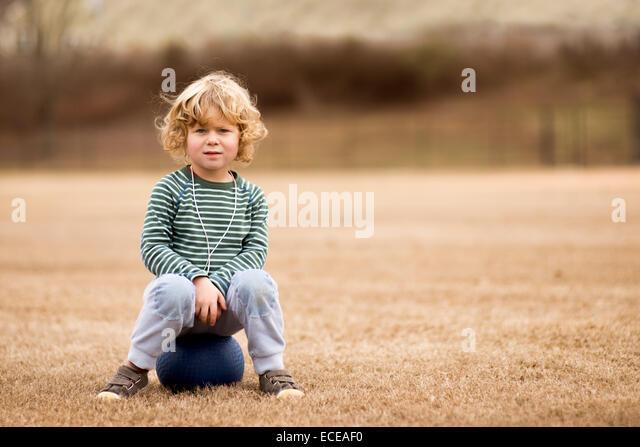 USA, South Carolina, Greenville County, Greenville, Boy (2-3) mit Ball in Fußballplatz Stockbild