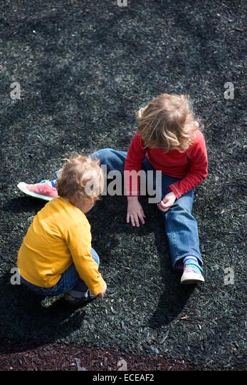USA, South Carolina, Greenville County, Greenville, zwei Jungs (2-3) spielen Stockbild