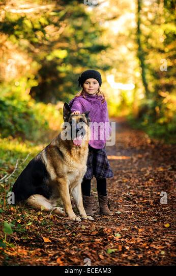 Junges Mädchen (2-3) mit deutscher Schäferhund im park Stockbild