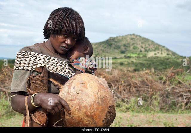 Mutter und Kind aus den Banna Stamm (Äthiopien) Stockbild