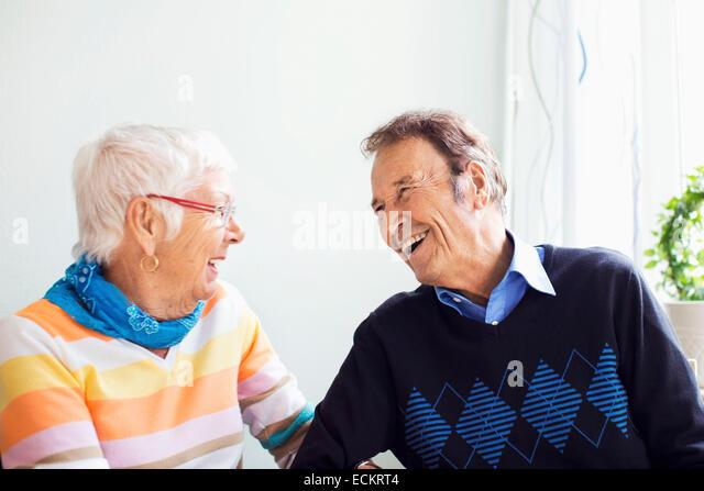 Gerne älteres paar Freizeitgestaltung im Pflegeheim Stockbild