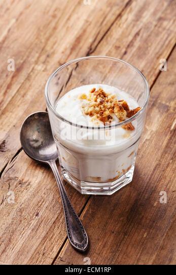 Gesunden Creme leckeren Joghurt Müsli auf Kopie Raum aus Holz Hintergrund Stockbild