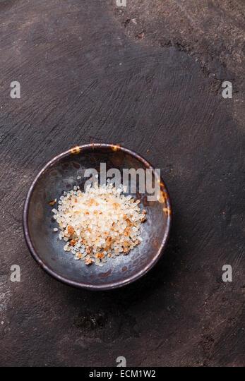 Essen sonnengetrocknete Tomaten Meersalz auf dunklem Hintergrund Stockbild