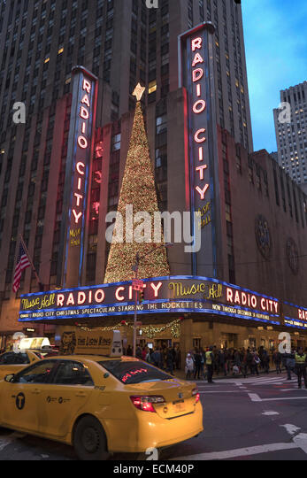 Avenue of the Americas (6th Avenue) von Radio City in Midtown Manhattan, NYC. Stockbild