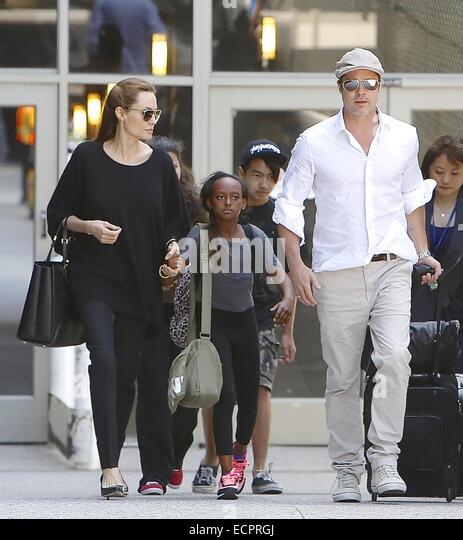 Brad Pitt und Angelina Jolie kommen am Flughafen Los Angeles International (LAX) mit ihren Kindern Maddox und Zahara Stockbild