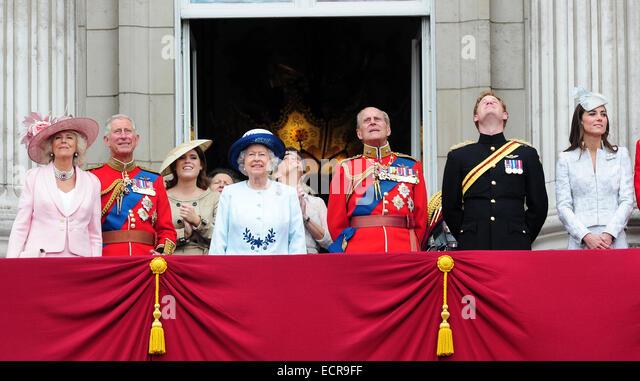 Mitglieder der britischen königlichen Familie gelten die Trooping die Farbe feiern auf dem Balkon des Buckingham Stockbild