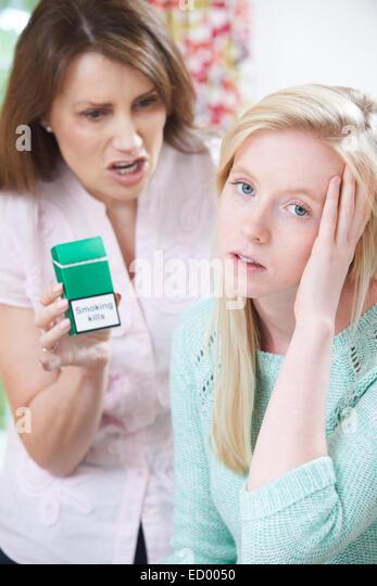 Mutter Tochter konfrontiert, über die Gefahren des Rauchens Stockbild