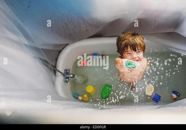 Junge (2-3) spielen mit Spielzeug im Bad Stockbild