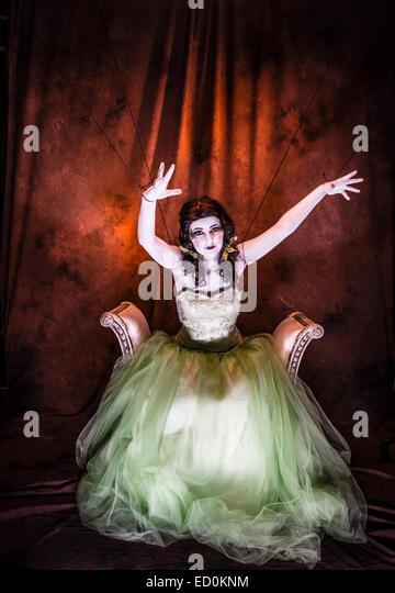 Fantasy-Makeover-Fotografie: eine junge Frau-Mädchen-Modell gebildet um zu schauen wie White-faced bemalte Stockbild