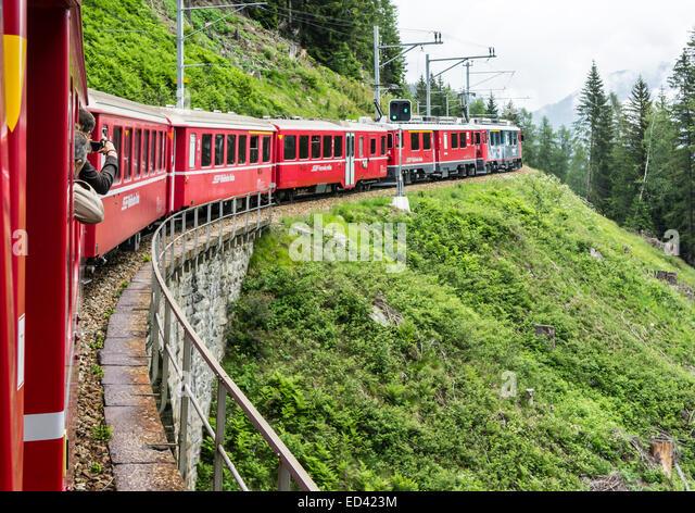 Rhatische Bahn Zug auf dem Weg nach St. Moritz in der Schweiz über Poschiavo Bernina Bahn unterwegs Stockbild