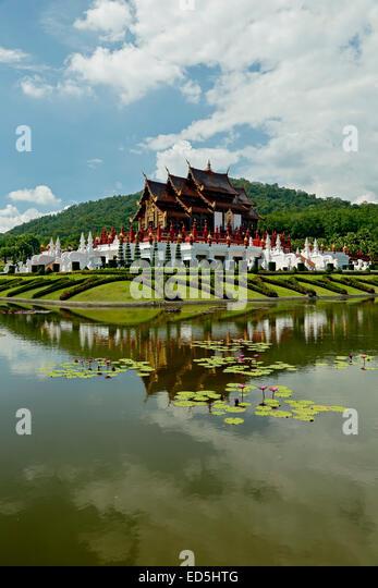 Royal Pavillon reflektiert auf Teich mit Seerosen, Royal Park Rajapruek, Chiang Mai, Thailand - Stock-Bilder