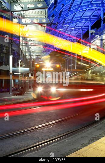 Wagen und Gleise, American Plaza, Santa Fe Transit Center, San Diego, Kalifornien USA Stockbild