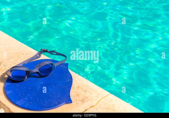 Zubehör für Wettkampfschwimmen am Rand des Pools Stockbild