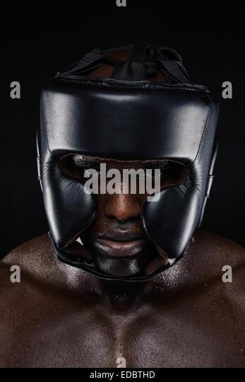 Close-up Portrait von starken afrikanischen Mann tragen Kopf Beschützer vor schwarzem Hintergrund. Harte männliche - Stock-Bilder