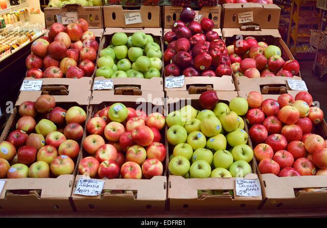 Glänzend unmarkierte Bio Apfel-Sorten auf dem Display zum Verkauf an Farmers Market stall Embarcadero San Francisco Stockbild