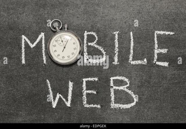 Mobile Web Ausdruck handschriftlich auf Tafel mit Vintage präzise Stoppuhr verwendet anstelle von O Stockbild