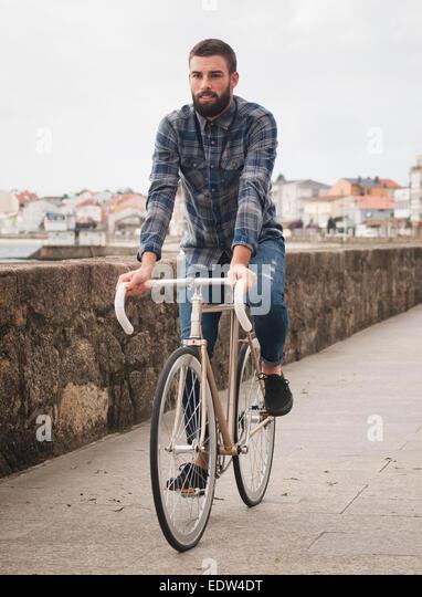 Hipster-Mann in ein Fixie Fahrrad in die Stadt fahren. Stockbild