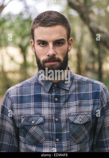 Hipster Mann Porträt im Freien. Mann sucht in die Kamera. Stockbild