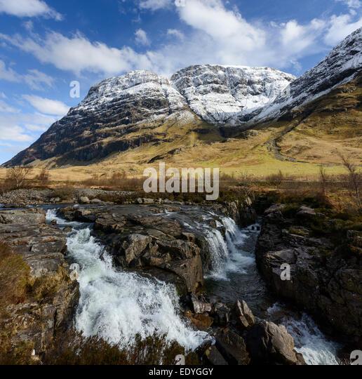 Der Fluss Coe mit den Klippen von Aonach Dubh Strebepfeiler im Hintergrund Stockbild