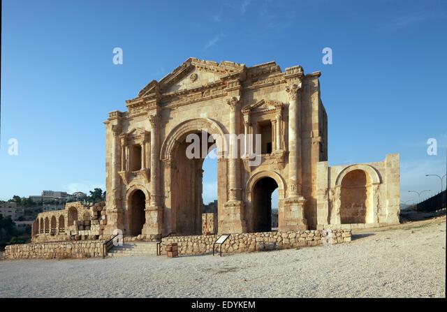 Triumphbogen zu Ehren des Kaisers Hadrian, Portal, gebaute 129-130 n. Chr., eine alte römische Stadt der Dekapolis, Stockbild