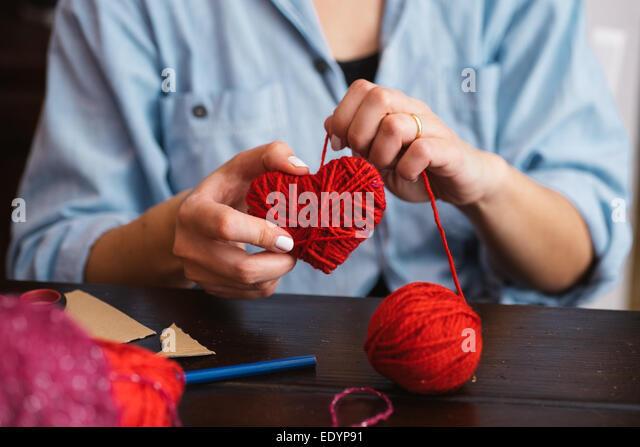 Frau rot schaffen wolle Herz Stockbild