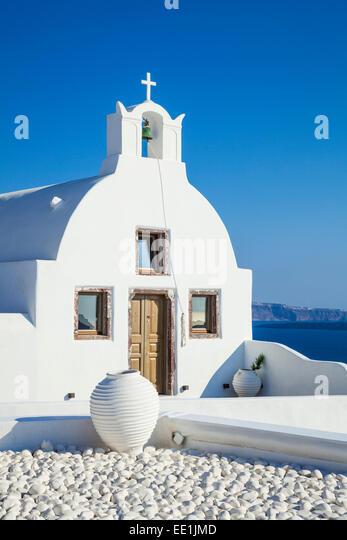 Weiße Kirche von Agios Vasilios mit Blick auf Ägäis, Oia, Santorini (Thira), Kykladen, griechische Stockbild