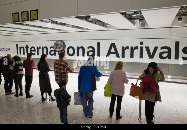 Menschen warten auf internationale Ankünfte am Flughafen Heathrow in Großbritannien Stockbild