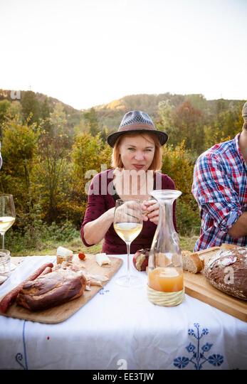 Familie mit einem Picknick im Garten, München, Bayern, Deutschland Stockbild