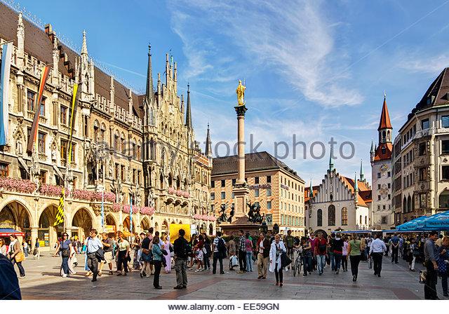 Touristen und andere gehen, Einkaufen, Essen und trinken auf dem Marienplatz, dem zentralen Marktplatz in München Stockbild