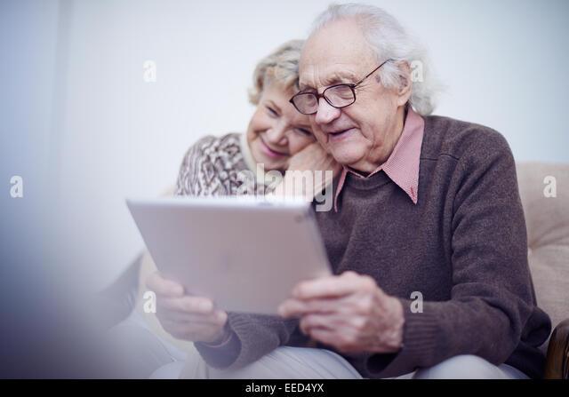 Älterer Mann und Frau mit touchpad Stockbild