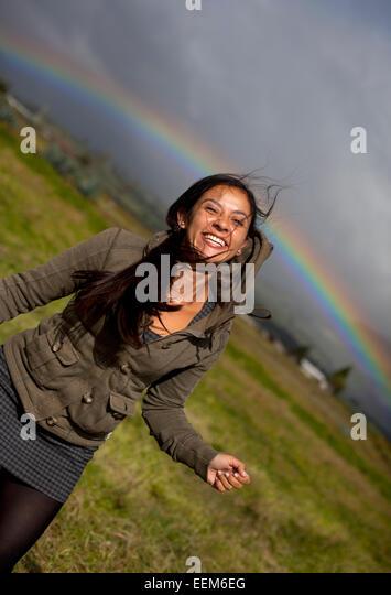Ecuador, Cayambe, Smiling Frau mit Regenbogen im Hintergrund, Cayambe, Ecuador Stockbild