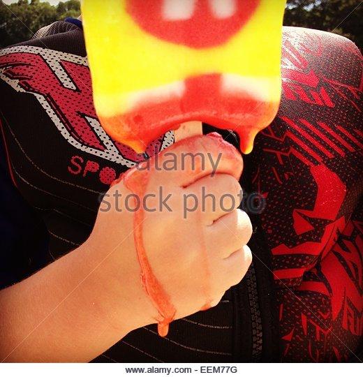 Junge mit schmelzendem Eis-bar Stockbild